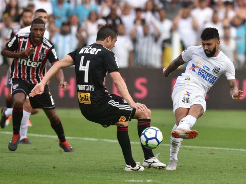 São Paulo empata com o Santos e assume a liderança