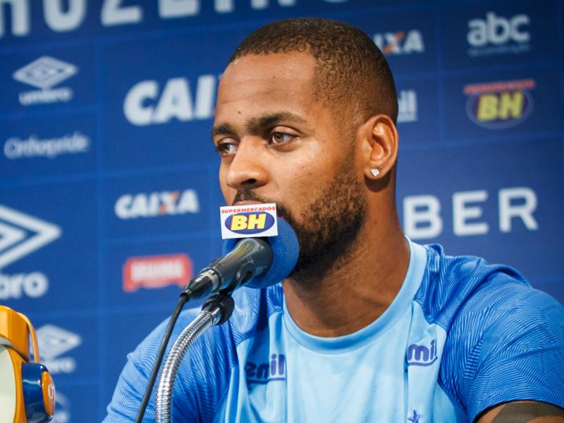 Erro do árbitro em expulsão de Dedé gera revolta no Cruzeiro e na imprensa brasileira
