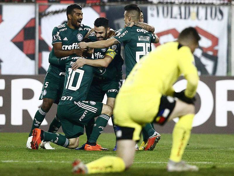 Palmeiras vence o Colo-Colo por 2 a 0 em Santiago e fica perto das semis