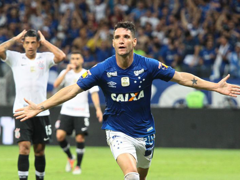 Cruzeiro larga na frente do Corinthians na decisão da Copa do Brasil