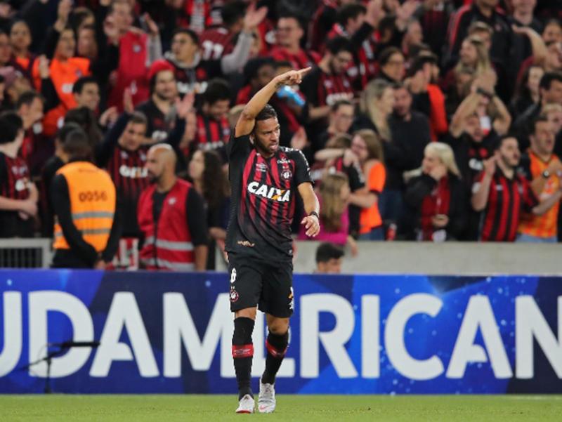 Atlético-PR faz 2 a 0 no Fluminense e fica perto da final da Sul-Americana