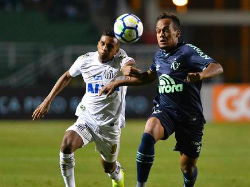 Chapecoense vence o Santos no Pacaembu e embola a briga contra o descenso