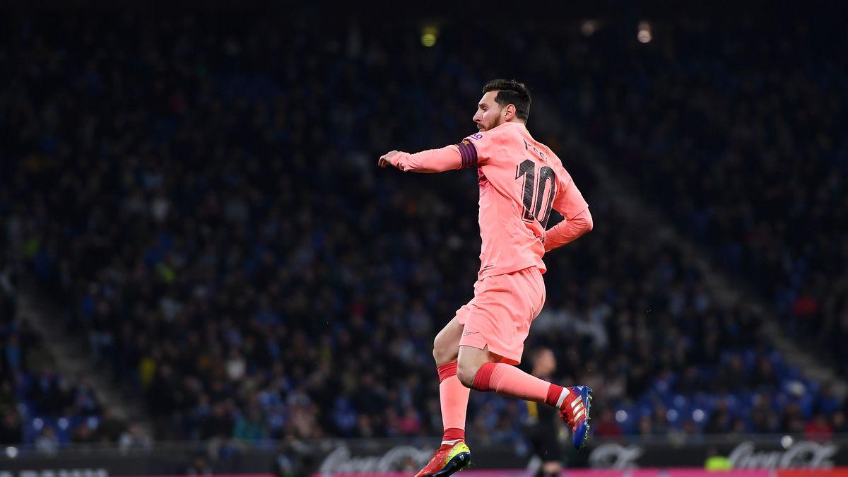 Barcelona vence no clássico da cidade e Messi marca dois golaços