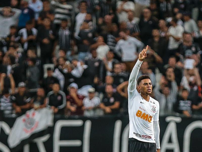 Gustagol marca no fim e garante empate do Corinthians contra o Racing