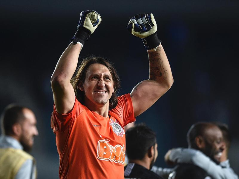 Cássio brilha nos pênaltis, Corinthians bate o Racing e avança na Sul-Americana