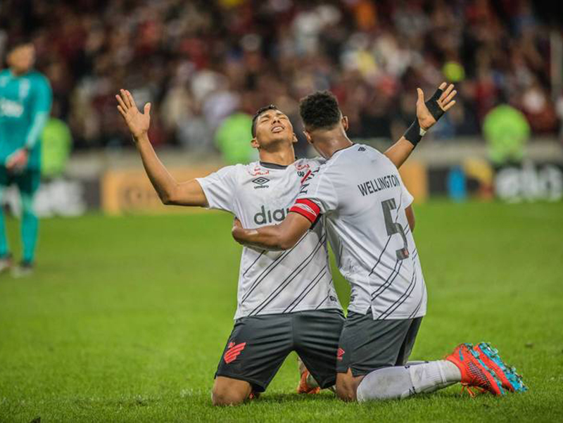 Nos pênaltis, Athlético-PR cala o Maracanã e elimina o Flamengo