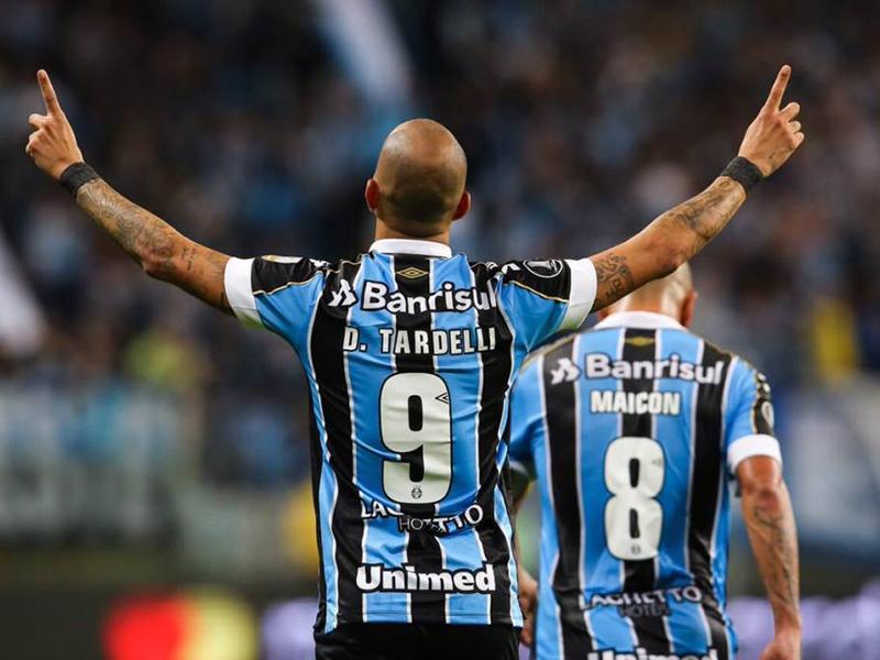 Com um a menos, Grêmio faz 2 a 0 no Libertad e encaminha vaga às quartas da Libertadores