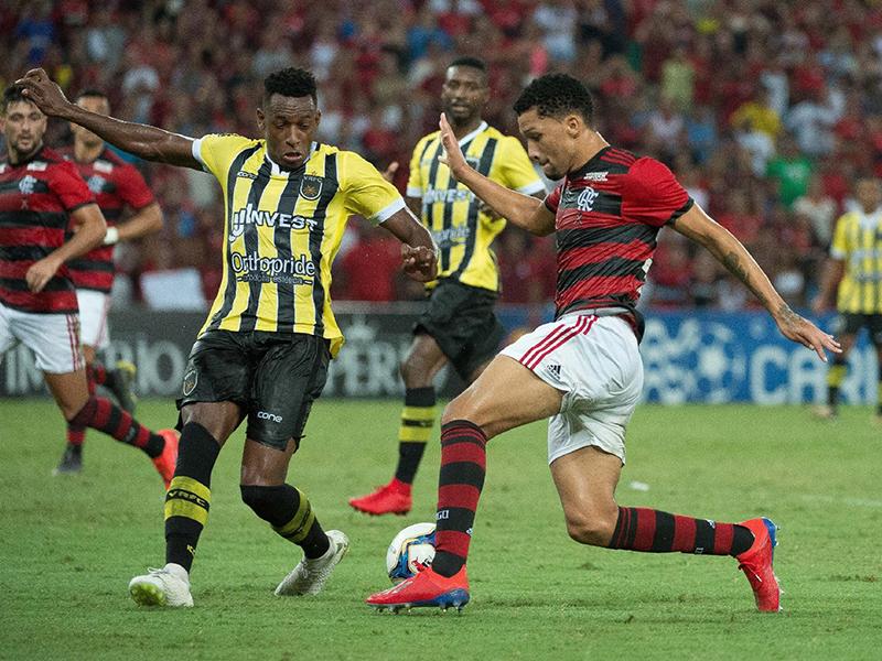 Flamengo vence o Botafogo em tarde de arbitragem desastrosa no Maracanã