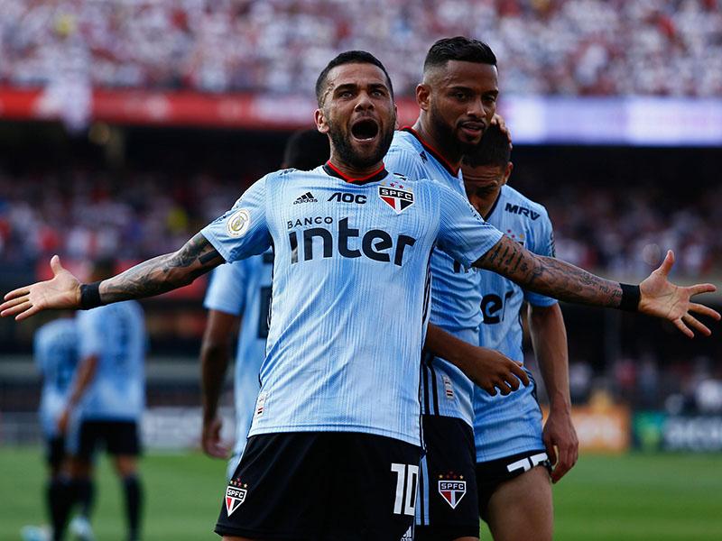 Dani Alves marca na estreia e São Paulo vence o Ceará com polêmica no Morumbi