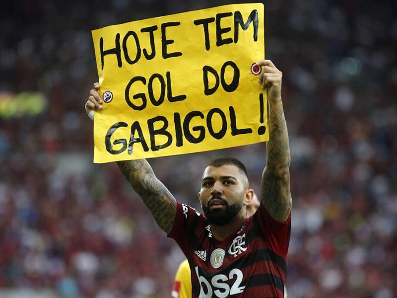 Flamengo goleia o Palmeiras no Maracanã e segue na liderança do Brasileiro