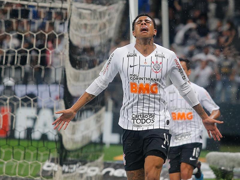 Gustagol marca no fim, Corinthians bate o Galo e sobe para terceiro