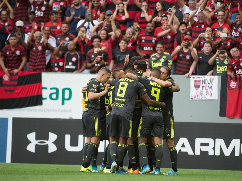 Flamengo vence Avaí no Mané Garrincha e se isola na liderança do Brasileirão