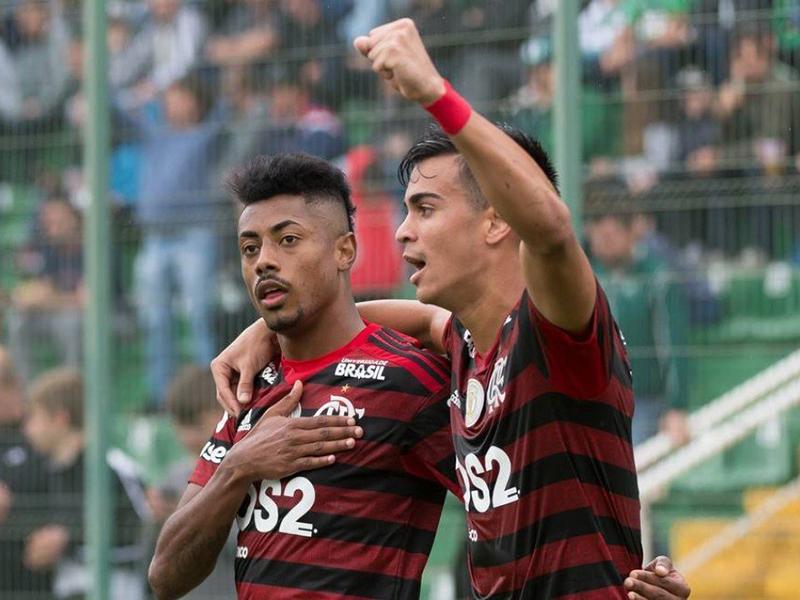 Flamengo volta a vencer no Brasileirão e se isola na liderança com empate do Palmeiras