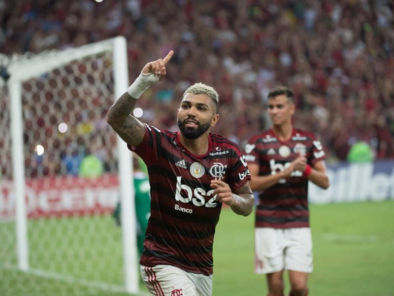 Flamengo vence e abre 10 pontos na liderança após tropeço do Palmeiras