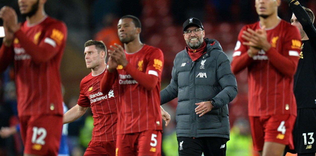 Liverpool vence o Everton e segue invicto na liderança da Premier League