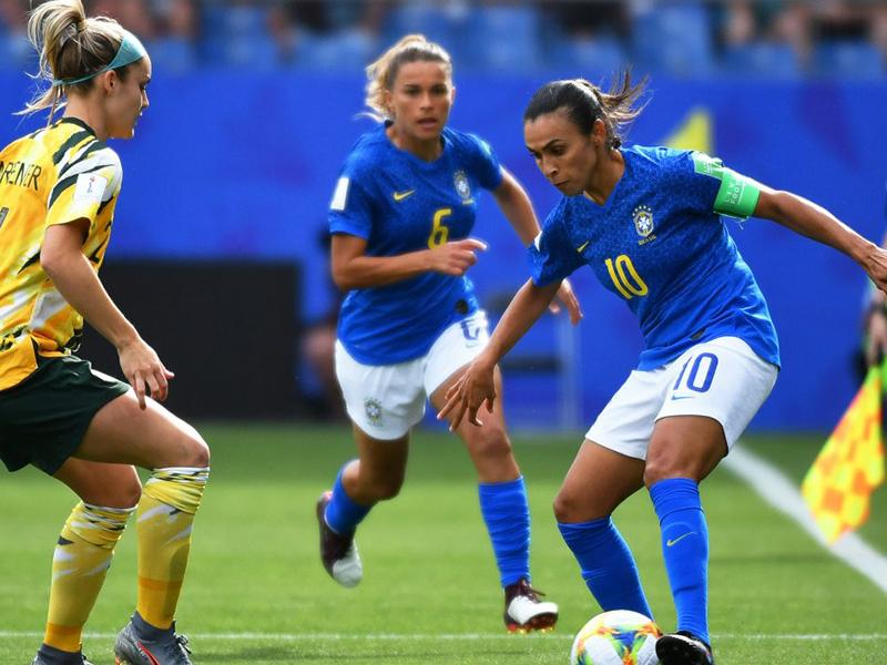 Com Marta em campo, Brasil abre vantagem, mas toma virada no 2º tempo